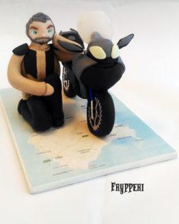 cake topper statuina motociclista e moto con cartina sardegna